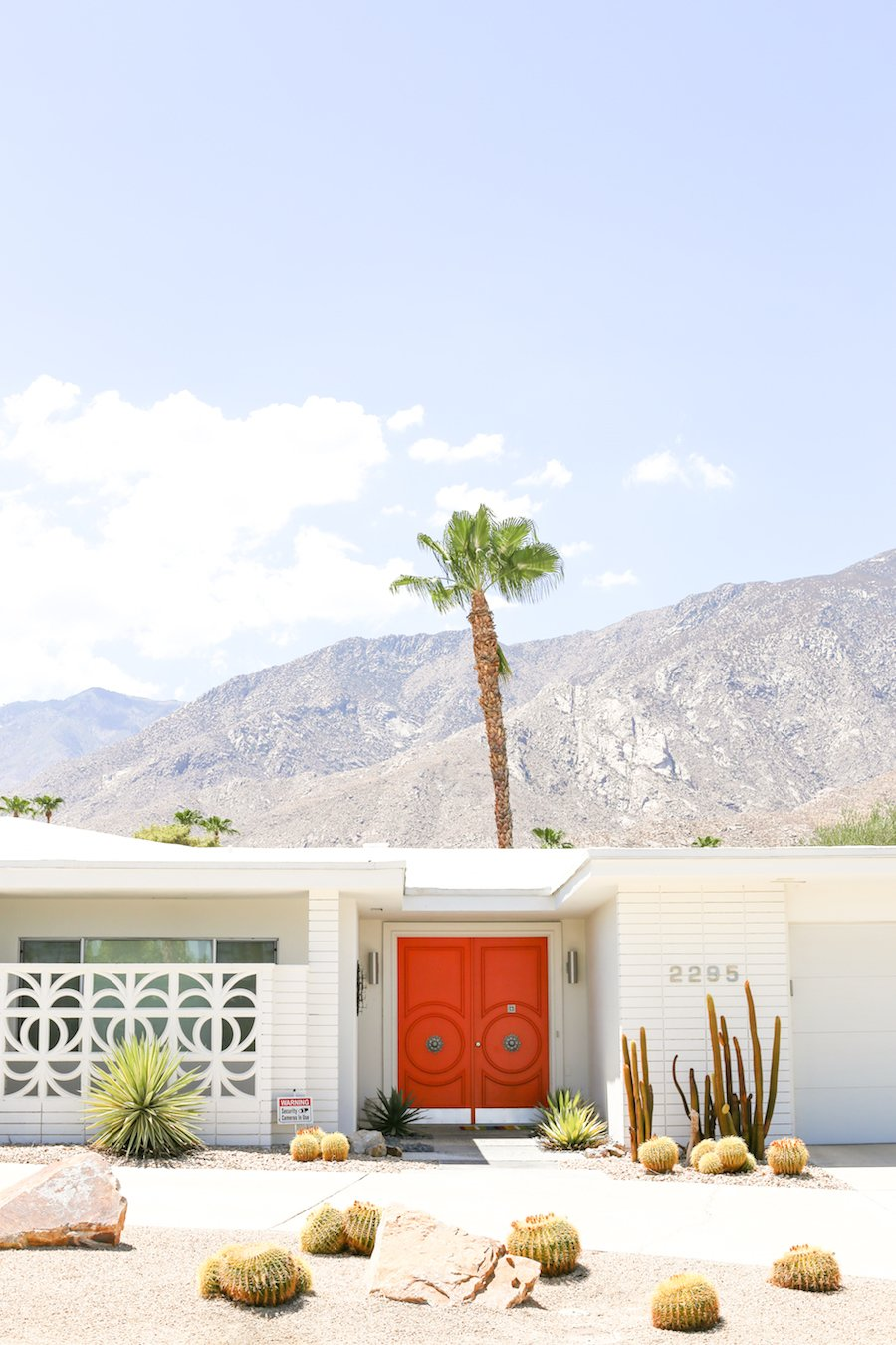 Take a self-guided Palm Springs Door Tour to check out all the bright & colorful modern front doors! // Salty Canary